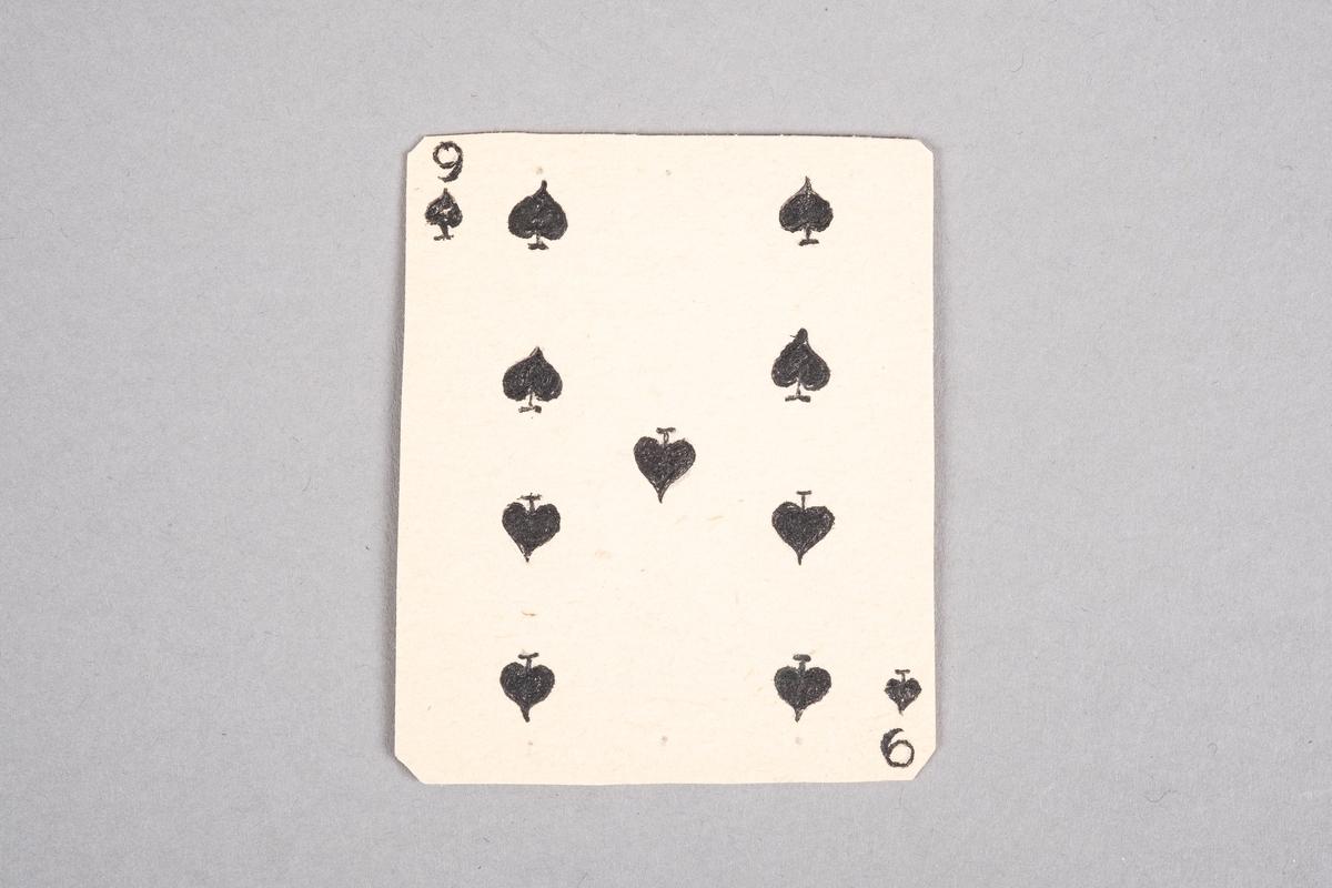 """Håndlaget kort med påført tall og sparsymbol. På baksiden av kortet er det et monogram av initalene """"AR""""."""