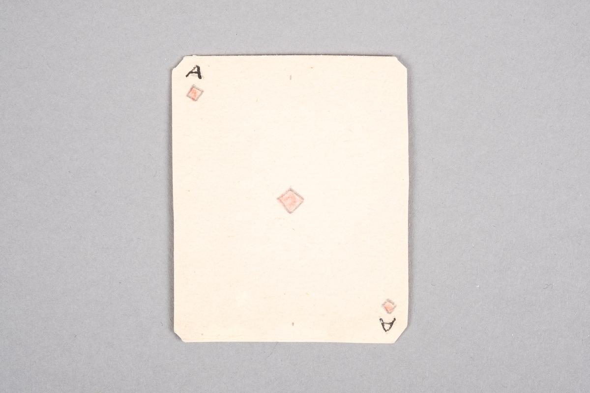 """Håndlaget kort med påført tall og rutersymbol. På baksiden av kortet er det et monogram av initalene """"AR""""."""