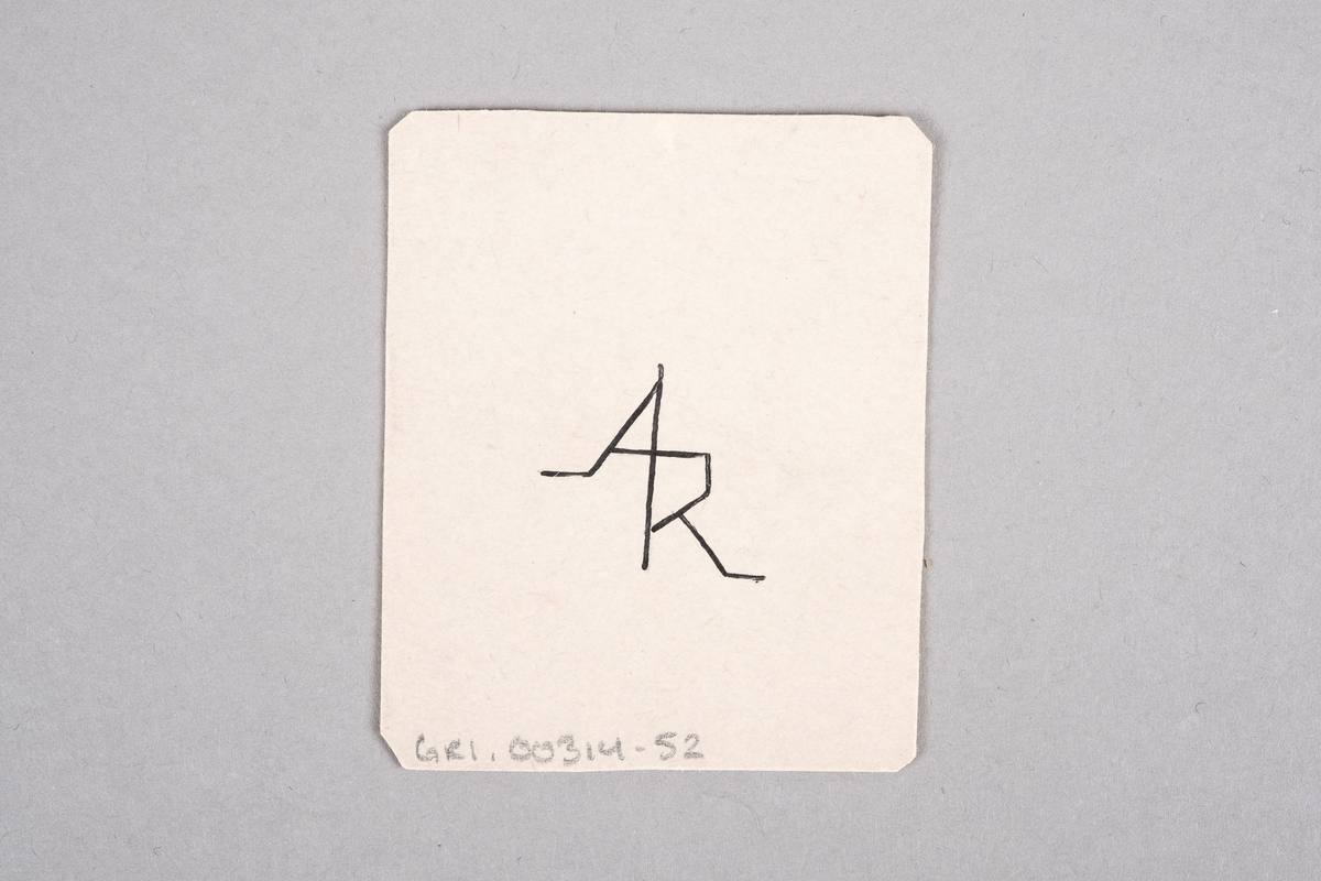 Tegning av en mannlig fange som holder en sag. Motivet er speilet.