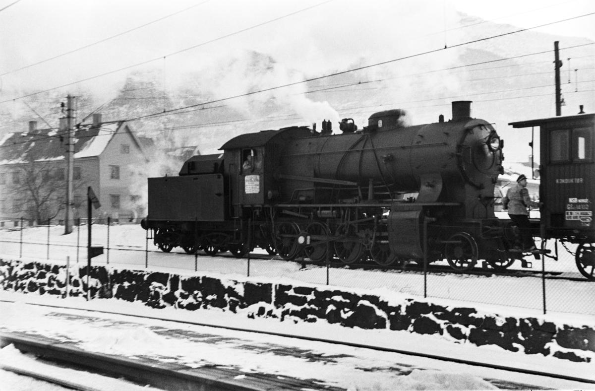 Damplokomotiv type 33a nr. 300 med kipptog på Kronstad stasjon.
