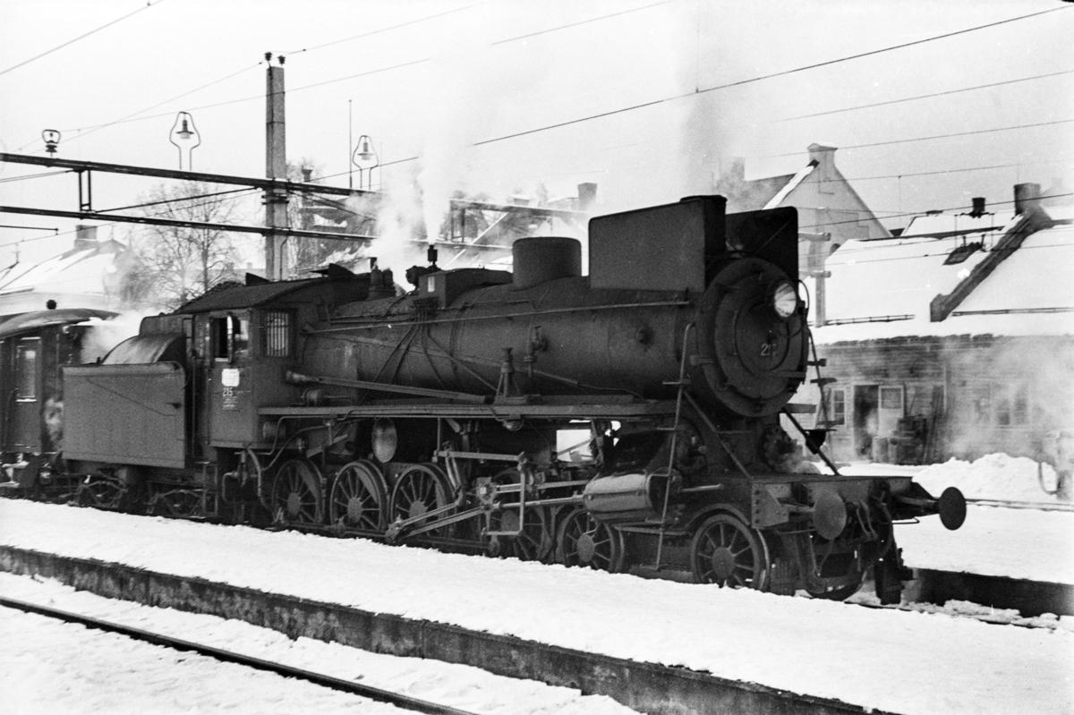 Damplokomotiv type 26a nr. 215 med dagtoget fra Oslo Ø til Trondheim over Røros, tog 301, på Hamar stasjon.