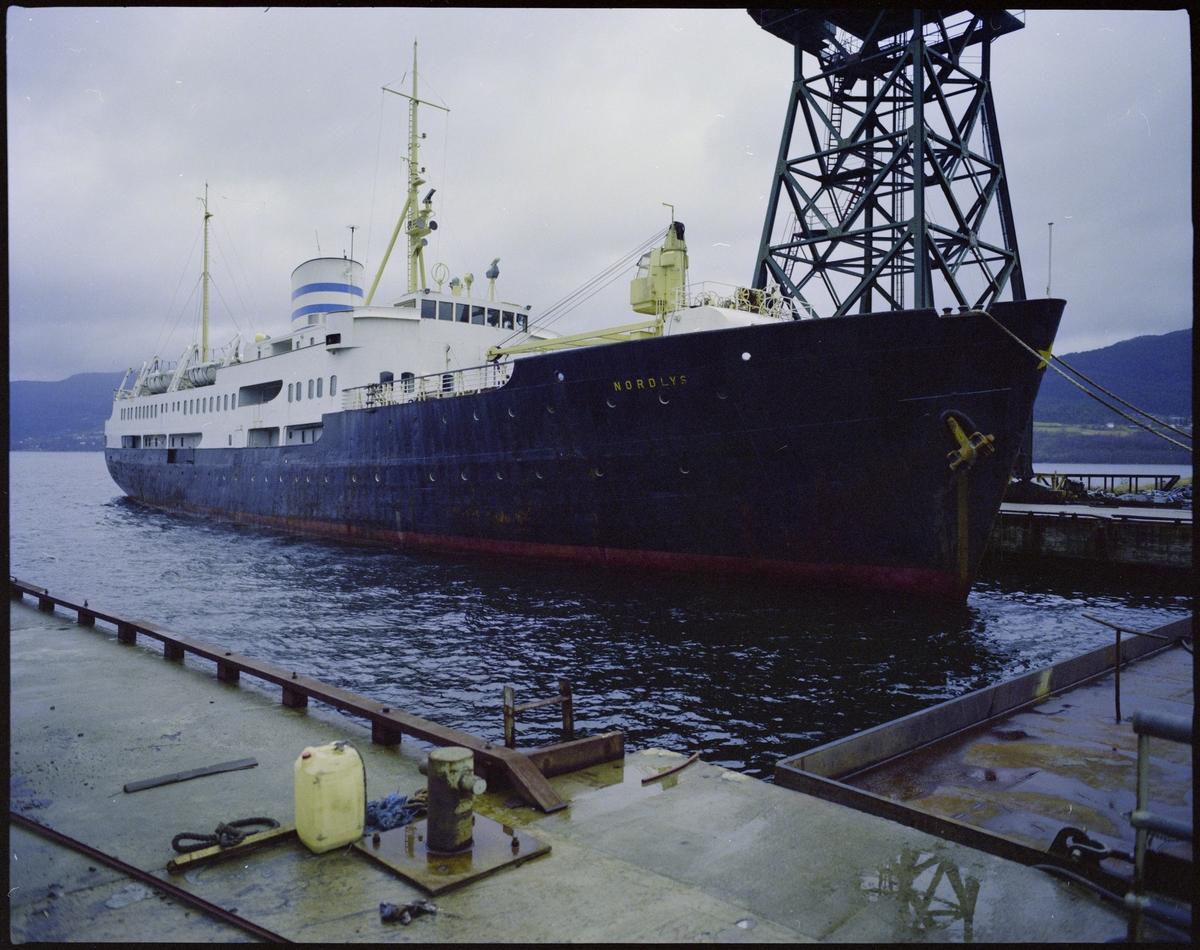 "Det gamle hurtigruteskipet M/S ""Nordlys"" ved kai på Halsnøy."