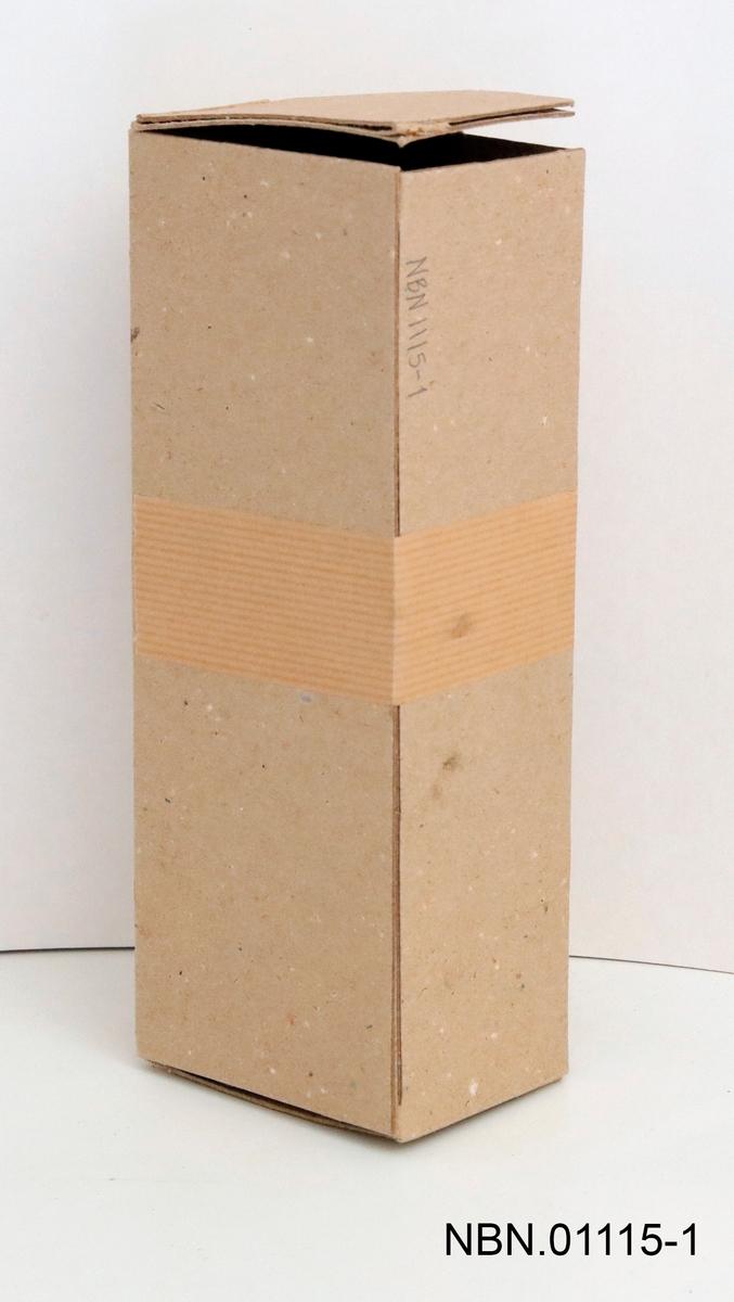 Emballasje til mandelkvern. En brun pappkartong med åpning i kortenden. En pappkartong med fargetrykk på sideflatene, den brune kartongen lå inni den med fargepåtrykk.