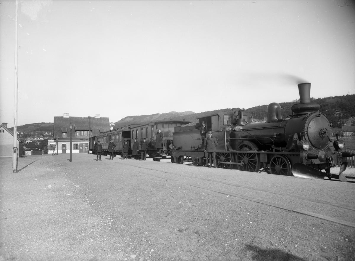 Statens Järnvägar, SJ VKBa2 479, ursprungligen Göteborg Hallands Järnväg, GHB lok 3 . Ånglok med persontåg. Loket tillverkades 1887 av Nohab. 1918 såldes till skrot i Arboga.