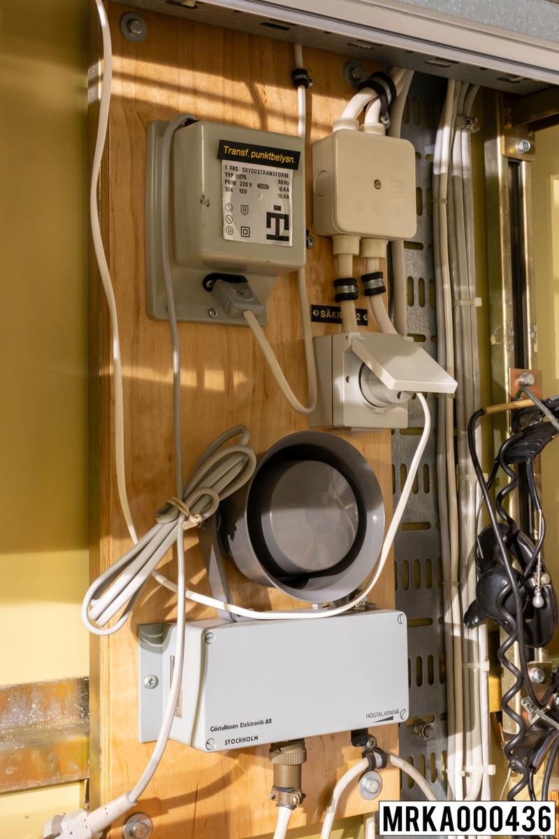Orderhögtalare För ordergivning inom KA-batteriet m/80 finns högtalare med förstärkare. Orderhögtalarna är anslutna som abonnenter till det digitala växelsystemet i batteriet och anropades normalt i konferenssamtal. Fanns i följande kärror: BLC-kärran MST 727 OP-kärran SBA-kärran SBB-kärran SBC-kärran