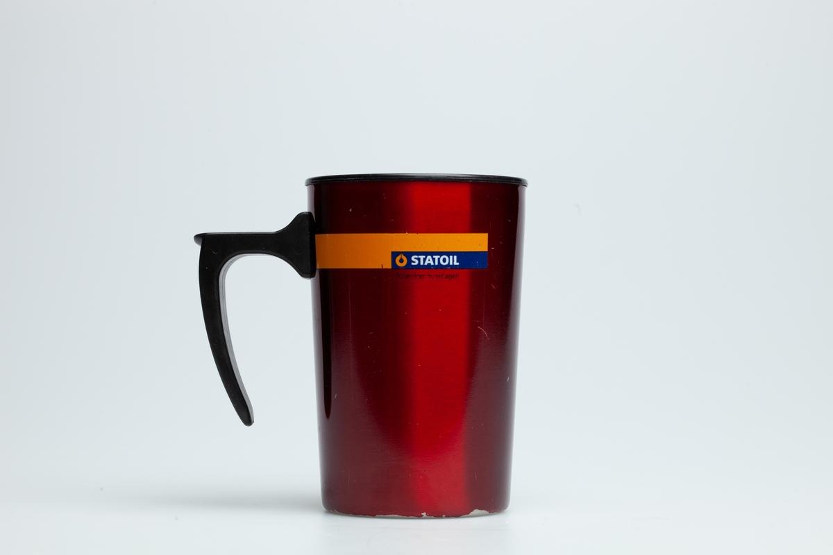 En rød Statoilkopp i  metall ytterst og hard plast på innsiden. Koppen har en hank i hard plast. På koppen er logoen til Statoil.  Siden Statoilkoppen ble lansert i 2004 har den vært meget populær blant Norges bilister. Ved kjøp av koppen får bilisten gratis kaffe på alle Statoil stasjoner i landet, når bare vedkommende bruker Statoilkoppen. Det blir solgt ca. 400.000 Statoilkopper hvert år. Hvert år bytter koppen design.  Innsamlet i forbindelse med MiAs prosjekt Bensinstasjoner i Akershus 2016-2018.