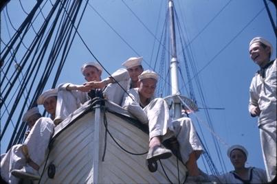 Kadetter i livbåt på dekket påskoleskipet STATSRAAD LEHMKUHL.
