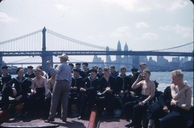 Kadetter fra skoleskipet STATSRAAD LEHMKUHL med på utflukt på Hudson River. Manhattan bridge og Manhattan i bakgrunnen.