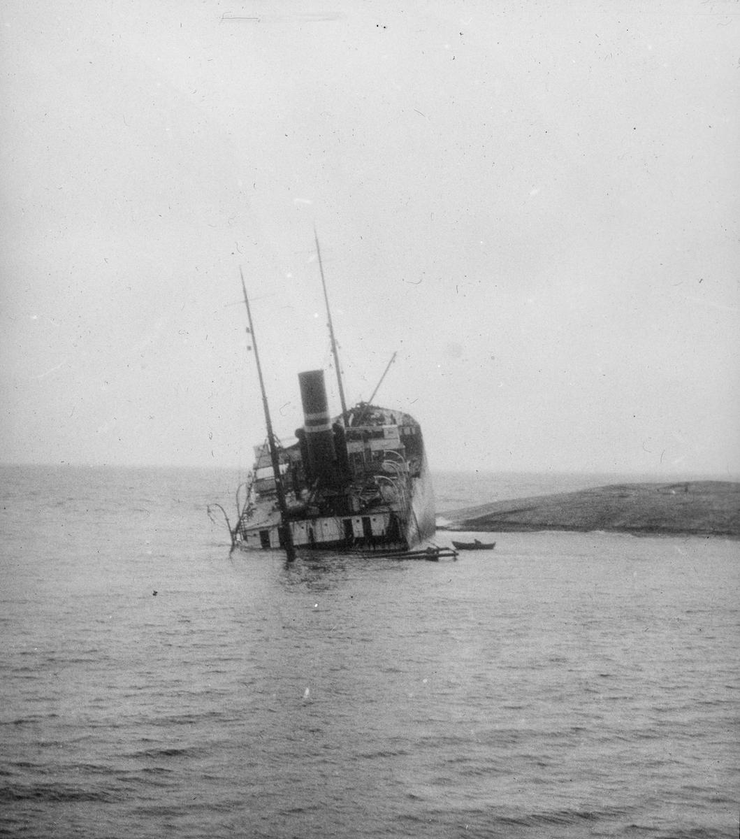 Havarert dampskip med baugen under vann og akterdekk til værs.