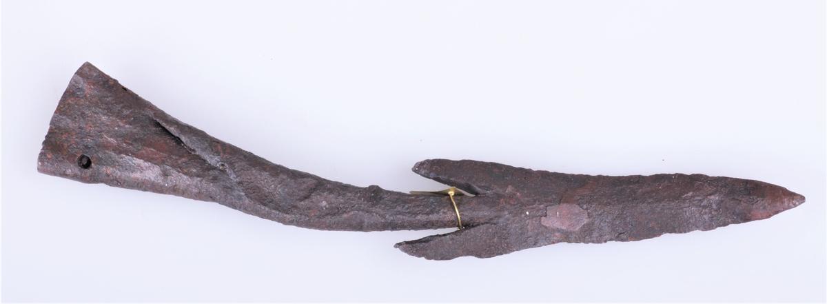 Spydspiss av jern med mothaker som type Rygh 212 fra eldre jernalder. Funnet i Vang i Valdres.