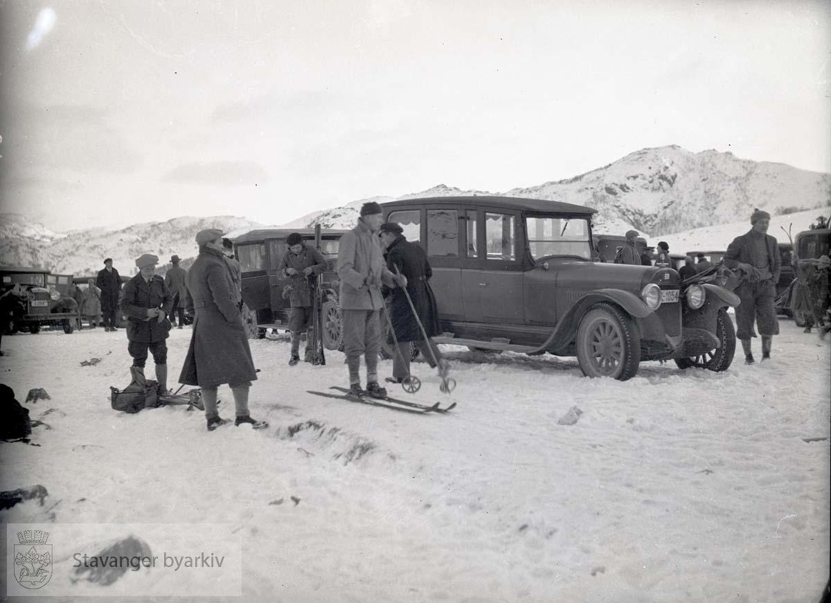 Fra parkeringsplass. Biler i snøen. Skiløpere gjør seg klare.