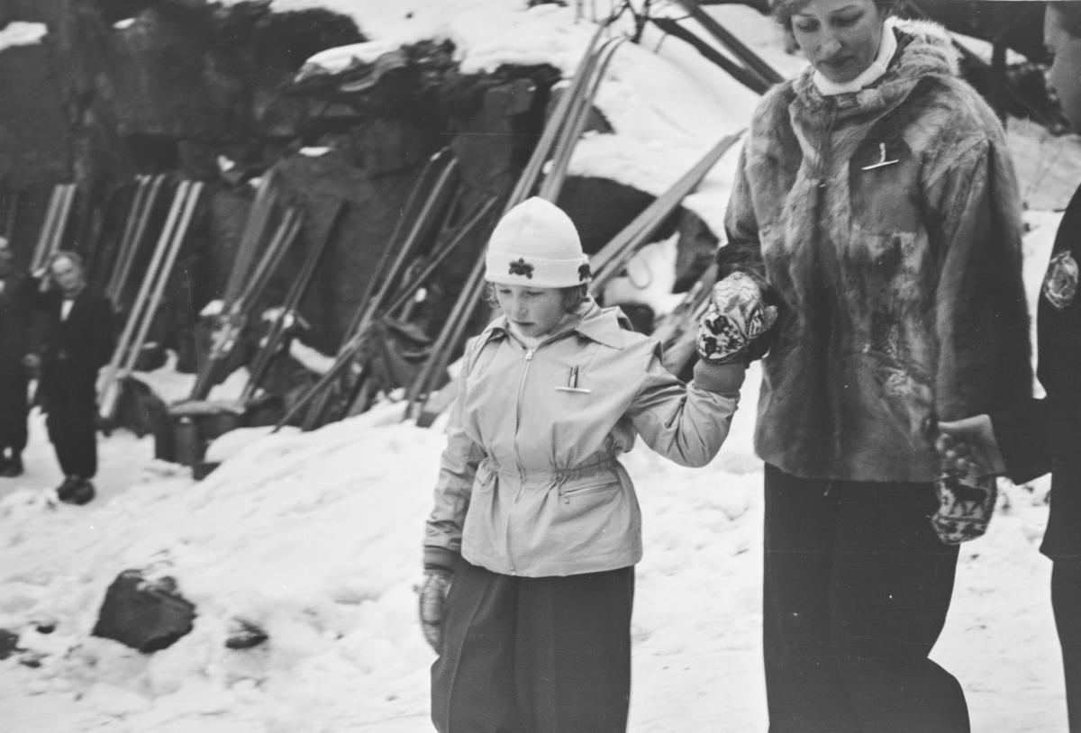 Holmenkollrennet 1939. Kongefamilien ankommer. Kronprinsesse Märtha og prinsesse Ragnhild.