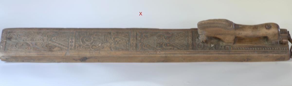 Håndtak som hest, 3 felter,d. midtre med mann og kvinne, båndslyng, det andre med trekant, tre, slyng, fugler.