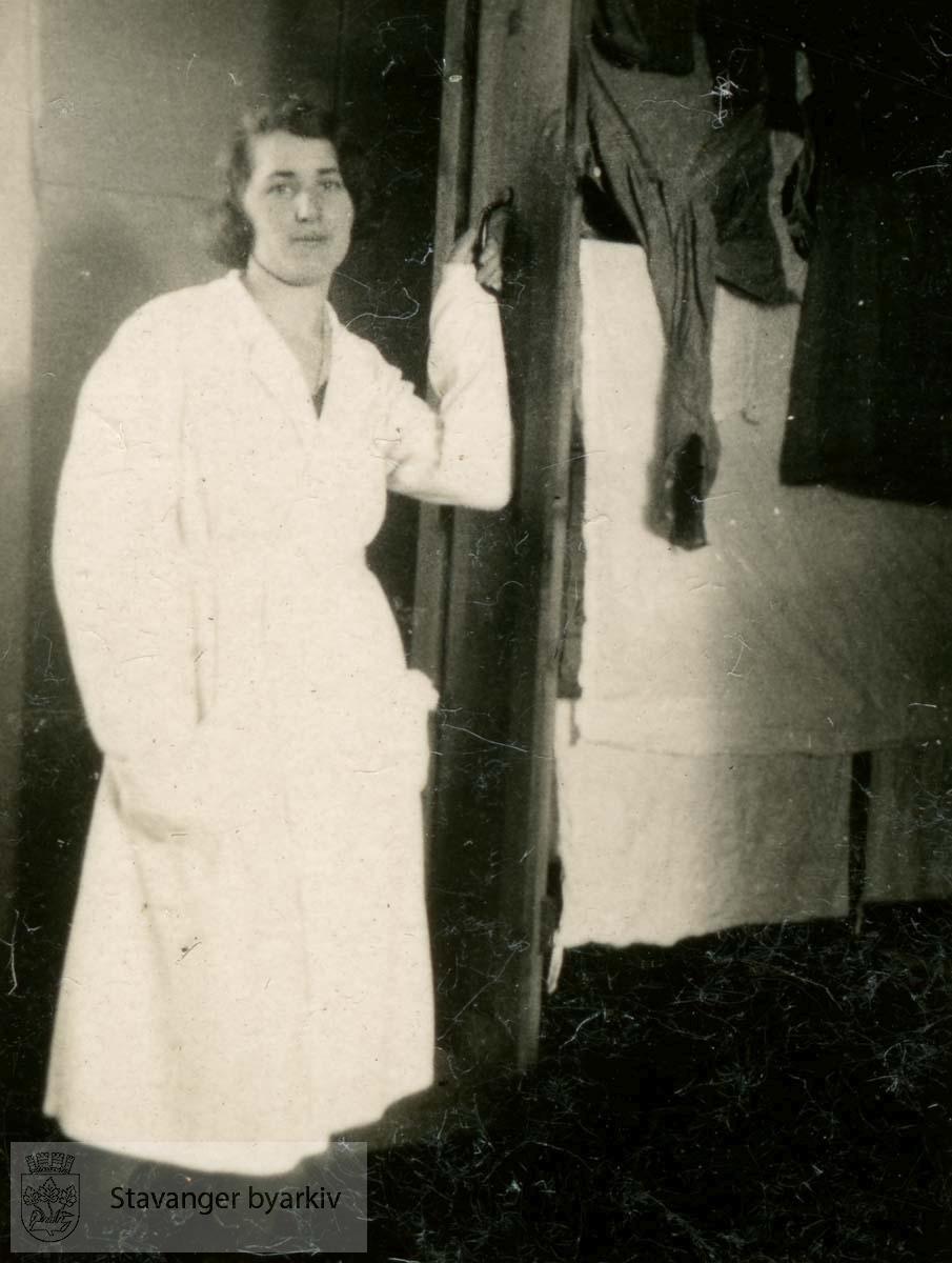 Tordis Skiftun.Vaskepike...Fra fotoalbum fra Dr. Dahls klinikk. Det tilhørte oversøster Sigrund Olsen. Dr. Eyvin Dahl drev klinikk i Birkelandsgata 2 i årene 1928-1931. Klinikken ble nedlagt da det ikke var mulig å få offentlig støtte. Eyvin Dahl var fra 1937 til sin død i 1962 stadsfysikus i Stavanger. Politisk tilhørte dr. Dahl arbeiderbevegelsens venstre fløy. Etter krigen sluttet han seg til kommunistpartiet.