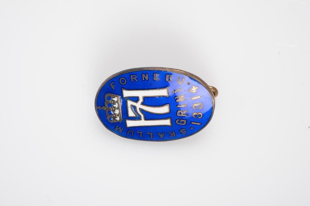 Et lite ovalt merke (nål) i blått med med Haakon VII monogram.
