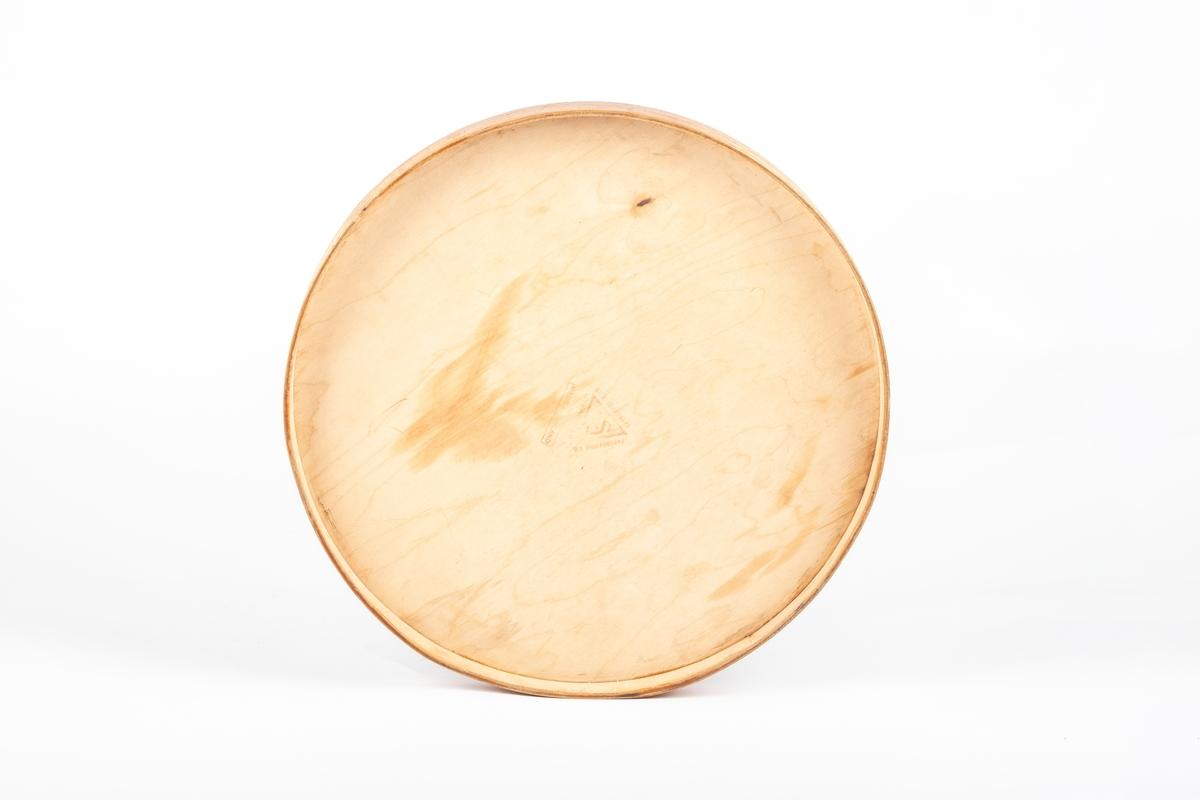 Rund lokk i finér som er limt i skjøten. Topplaten er limt på. På lokket er påklistret lapper med motiv og teskt.