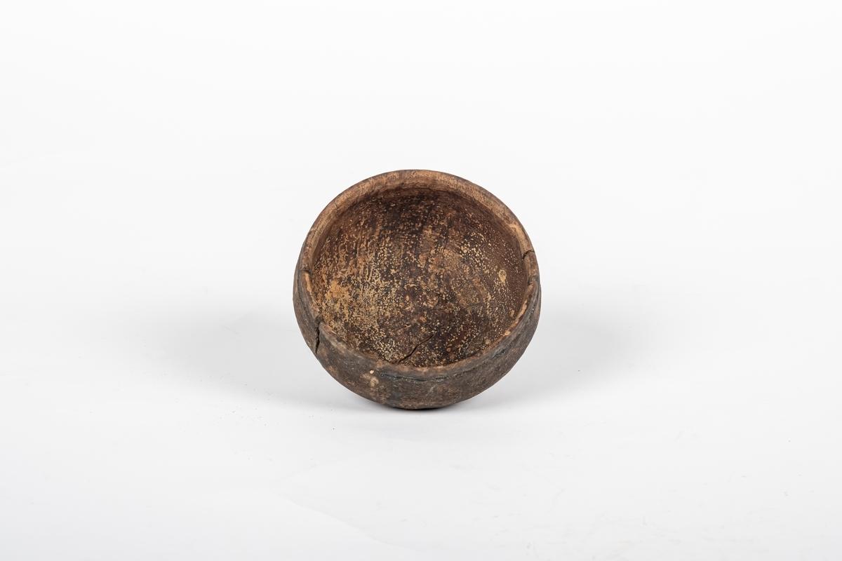Bunn til treeske. Bunnen er dreid og er malt blått på utsiden og brunt på innsiden. Det er kun rester igjen av blåmalingen.