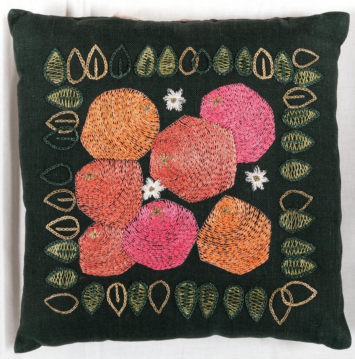 Kudde i mörkgrön tuskaftad linneväv, broderad med stjälksöm, schattersöm, kedjesöm, flätsöm med motiv av frukter, blommor och blad runt om. Ej igensydd i ena sidan.