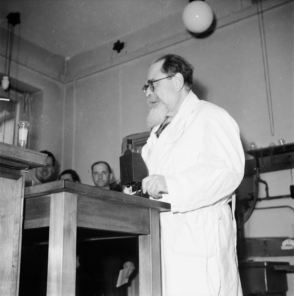 Pressvisning, man i laboratorium, Ultuna, Uppsala 1947