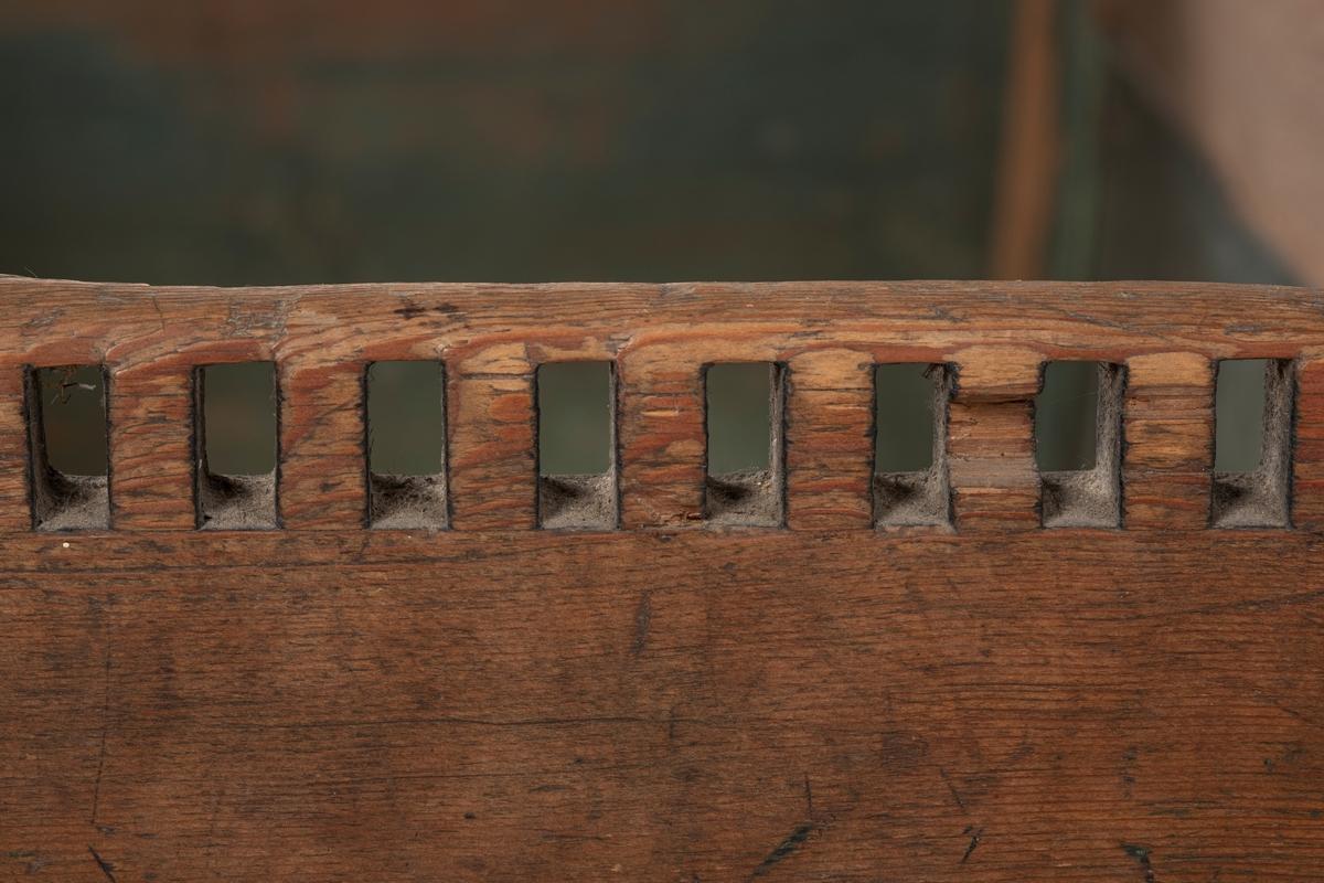 Vuggen er rektangulær. Den består av to bord på hver langside, en plate i hver kortside; meier og hjørnestolper. De øverste bordene på hver langside ser ut til å være satt på ved et senere tidspunkt enn resten. De stavene som hjørnestolpene består av er tredd over (står på) og er naglet fast i meiene. Den ene kortsiden er buet øverst, mens den andre er rett. Overkantene på noen av bordene har border med hakk. Øverst på den ene kortenden er det skåret en rand med firkantete hull. På alle sidene er det felt inn svarte riflete plater, deler av platene mangler på alle sider.