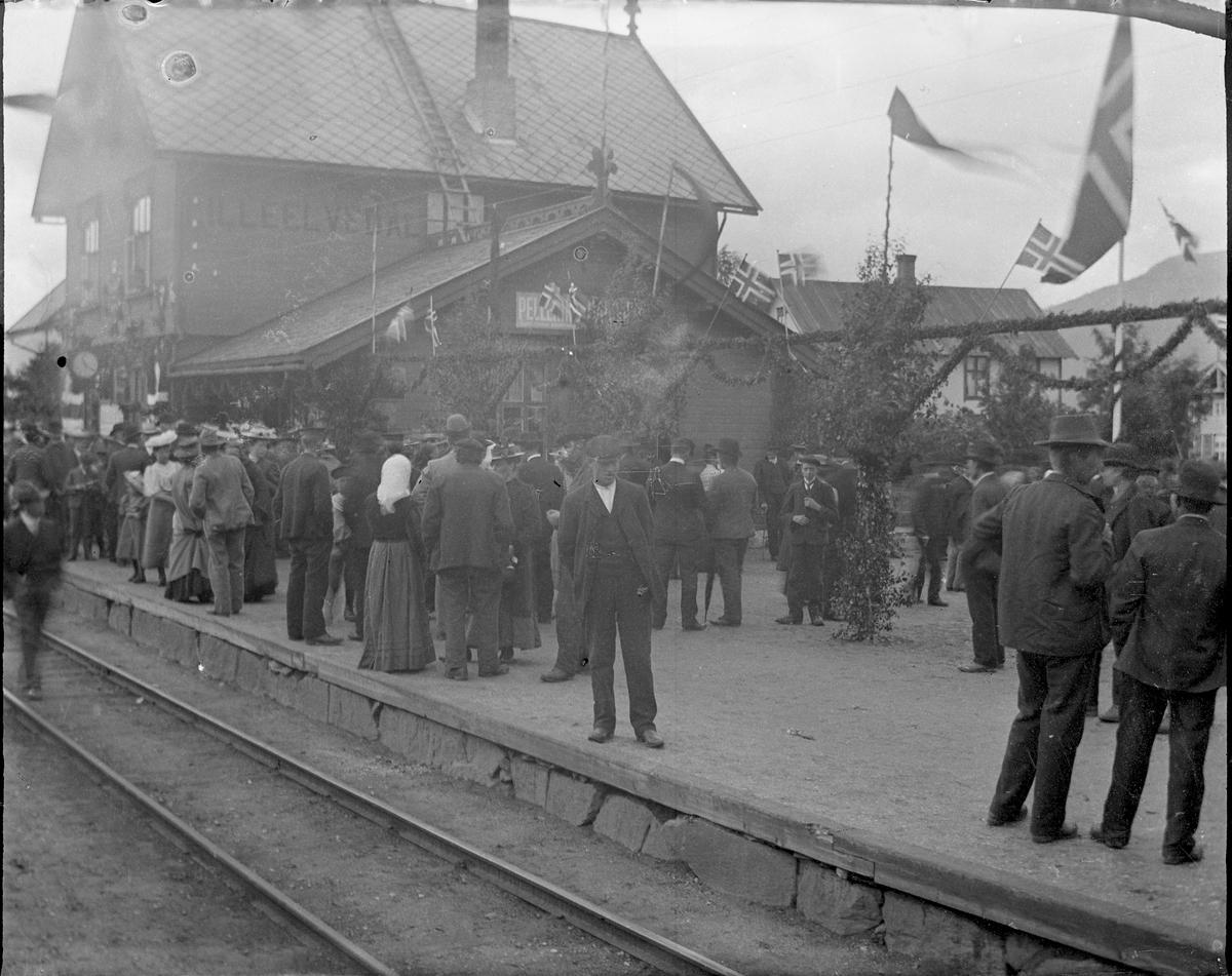 Personer på jernbaneperrong