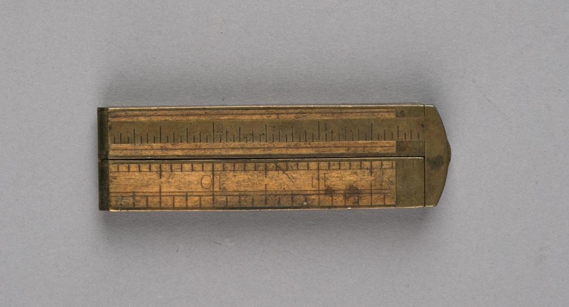 Lengdemål. Tommestokk, del av samling verktøy. Sammenleggbar målestokk av tre, med hengsler og beslag av messing. Fire deler.