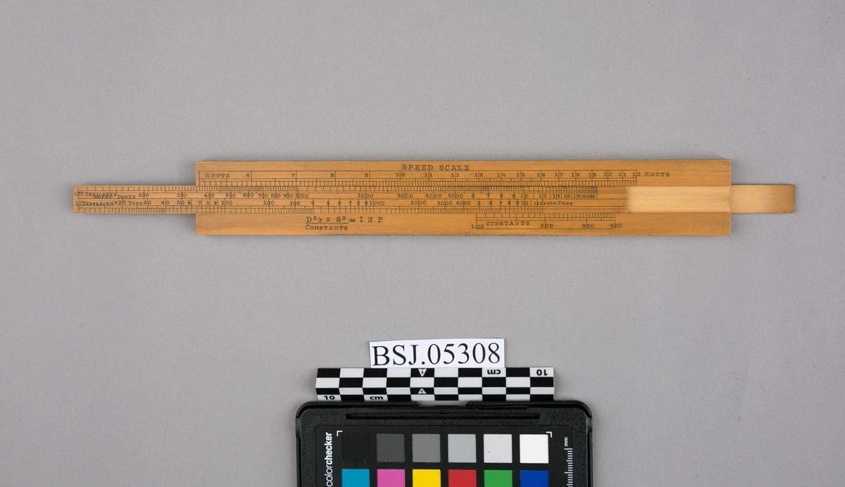 Omregningsstav for beregning av fart, tonnasje og deplacement. Dobbeltsidig, rektangulær stav hvor man kan trekke ut to smalere linjaler på hver side av omregningsstav.