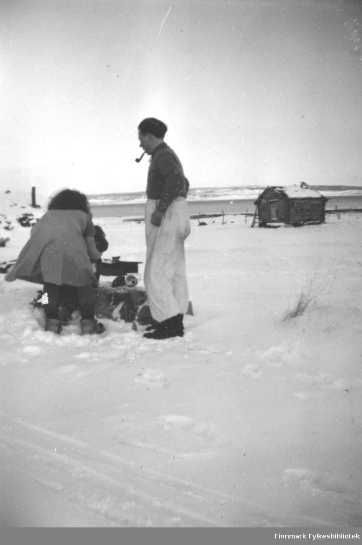To søsken fotografert ute i snøen. De er Anna Marit Persen og Mathis Mathisen. Stedet er ukjent.