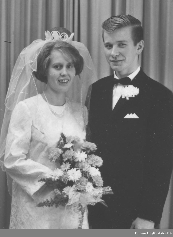 Brudebilde av Ester Hivand og Arne Persen. Sted for bryllupet er ukjent.