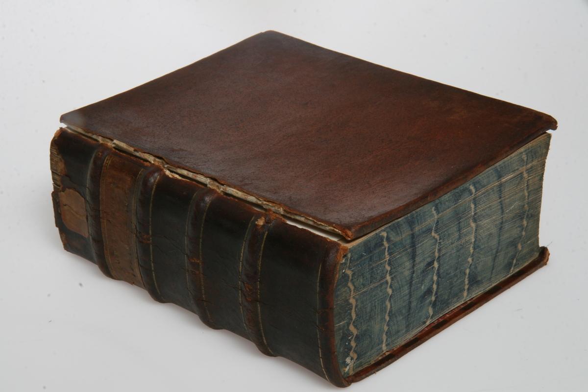 """Innbundet i skinn med gulltrykk. """"Kong Christian den Syvendes allernaadigste Forordninger og Aabne Breve"""" 1803-1805. København u.å."""