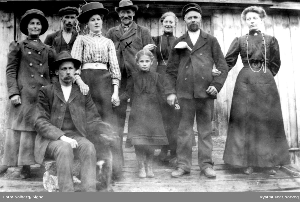 Karl Velde i midten bak sammen med ukjente