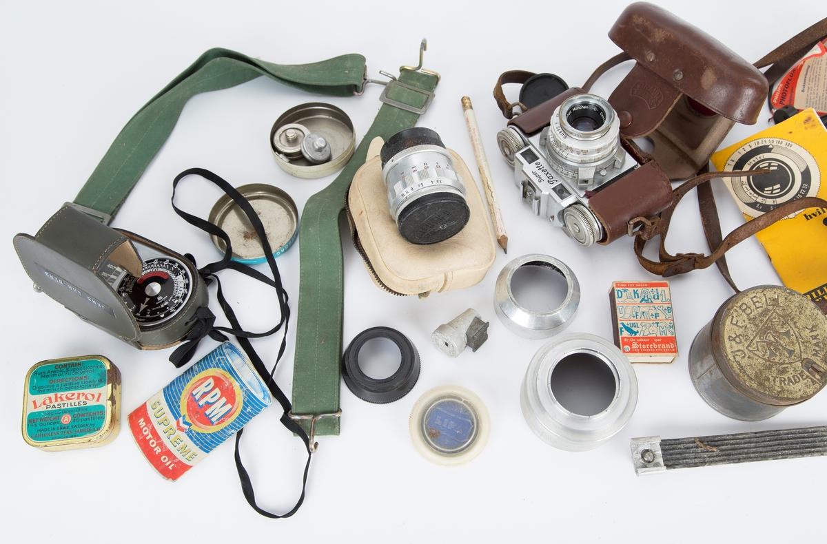 Veske med kamerautstyr: Paxette kamera, lysmåler, linser, filter, blitz mm.