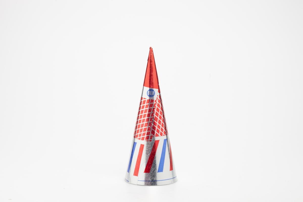 Kjegleformet iskrempapir (kremmerhus) i aluminium. Kremmerhuset er med farger på utsiden, og matt uten farge (hvit) på innsiden. Iskrempapiret har bakgrunnsfarge i sølv, med røde og blå prikker og linjer. Kremmerhuset har rød spiss og et rødt rutenett.