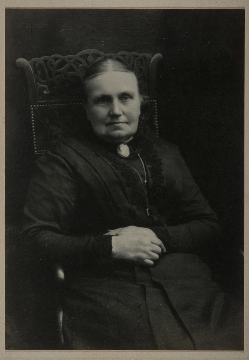 Ida Hermana Kjos f. Samsahl 1851-1918. Hun var gift med Mons Gudbrandsen Kjos. Foto E. Rude, 1918.