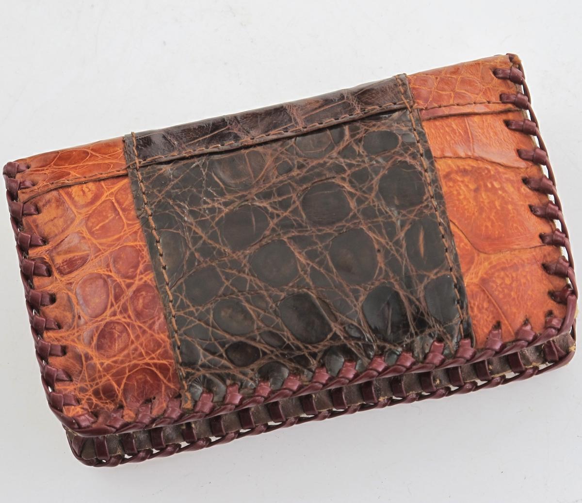 Dameportemone av alligatorskinn, lyst og mørk brunfarge, med glidelås og tre rom innvendig.