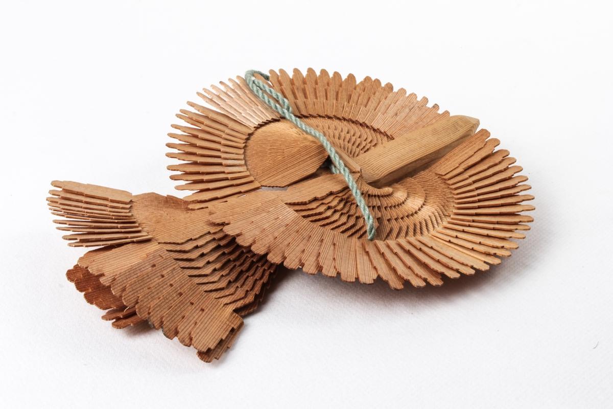 Fugl laget av tre med påmalt dekor.