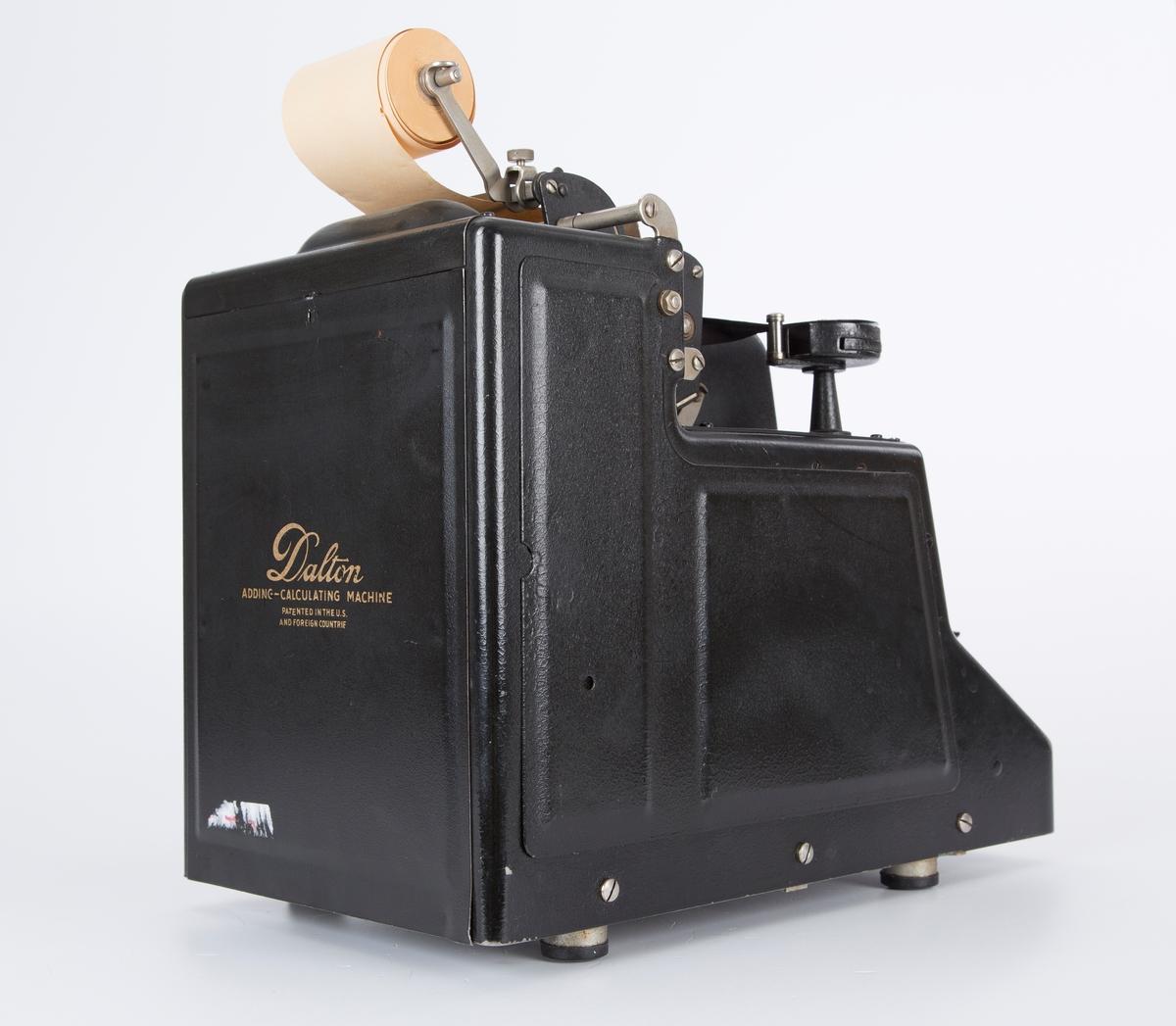 regne/summeringsmaskin. rektangulær boks med numeriske knapper. et sveivehåndtak og feste til papirrull på maskinenes bakside. Sveiv på høyre side.