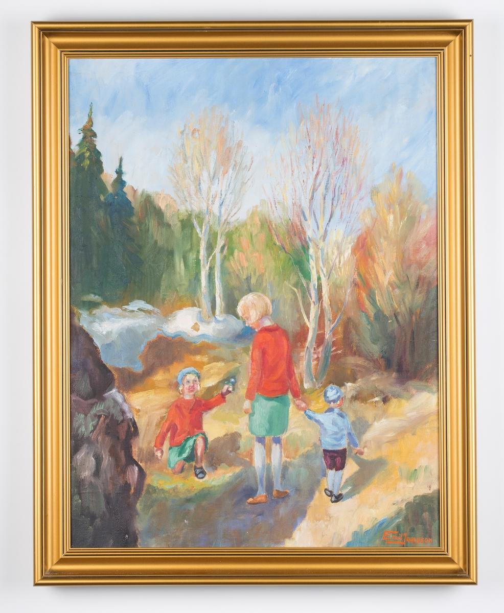 3 barn på tur i skogen