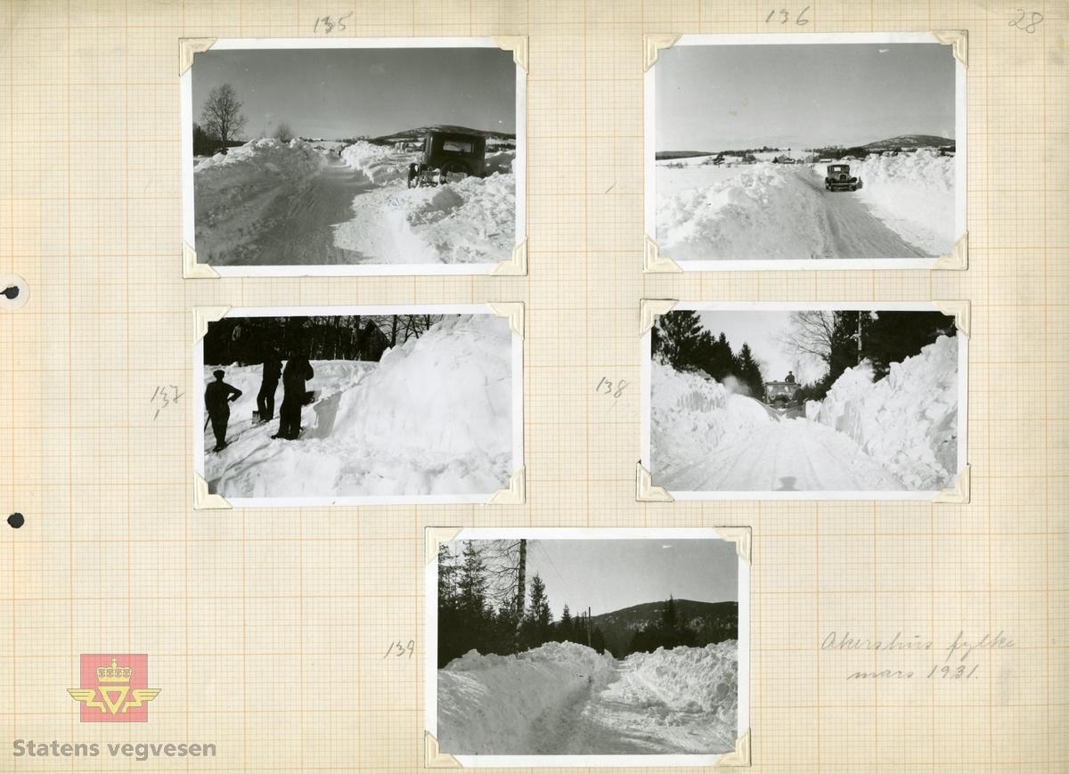 """Tekst bakpå bildet: """"Fra sneskjæringen ved Stensby (Trondhjemsveien i Eidsvoll) - fotografert 14/3-1931. Lempning av sne i avsatser."""" Fig. 2, 3, 5. Trondhjemsveien i Eidsvolll etter snestorm 12-14 mars 1931. Jf.  """"Meddelelser fra Veidirektøren Nr. 10- og Nr. 11-1931: """"Snerydningen på våre veier vinteren 1930-1931"""". Se Nr.1-1932 side 11. (forts. fra Nr. 11-1931 s.171) Akershus fylke.  Bilde 2) Helside i album """"Snebrøyting og sneskjermer.""""  Se vedlegg i Nedlastinger lenger ned på siden.  Ref. til """"Meddelelser fra Veidirektøren"""", Nr. 3-1930,  """"Snebrøytingsforsøk med 6-hjulere,"""" av overingeniør N. Saxegaard."""