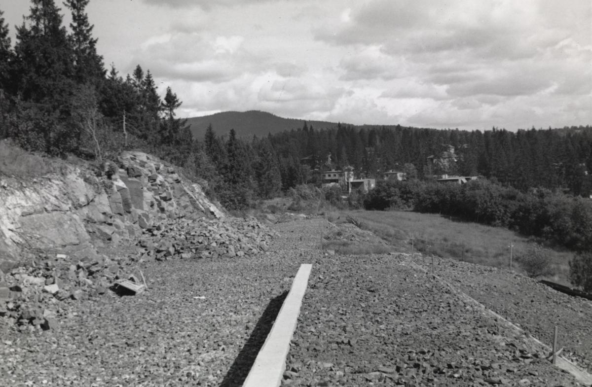 Fra byggingen av banen mellom Lysakerelven og Sørbyhaugen, her i nærheten av Motebello i retning Husebybakken