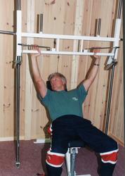 Steinar Aurmo prøver apparat på klubbhuset Hallingmo.