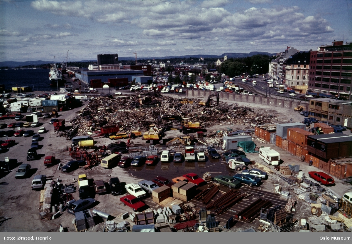 Akers mek. Verksted, rivningstomt, parkeringsplass, biler, arbeidsbrakker, containere, gate, bygårder, havn, skip