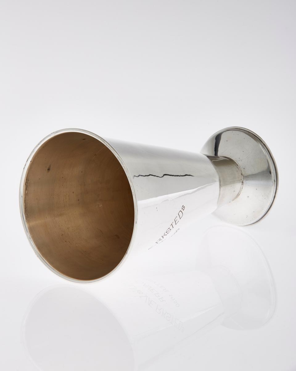 Traktformet pokal i sølv/sølvplett  med inskripsjoner.