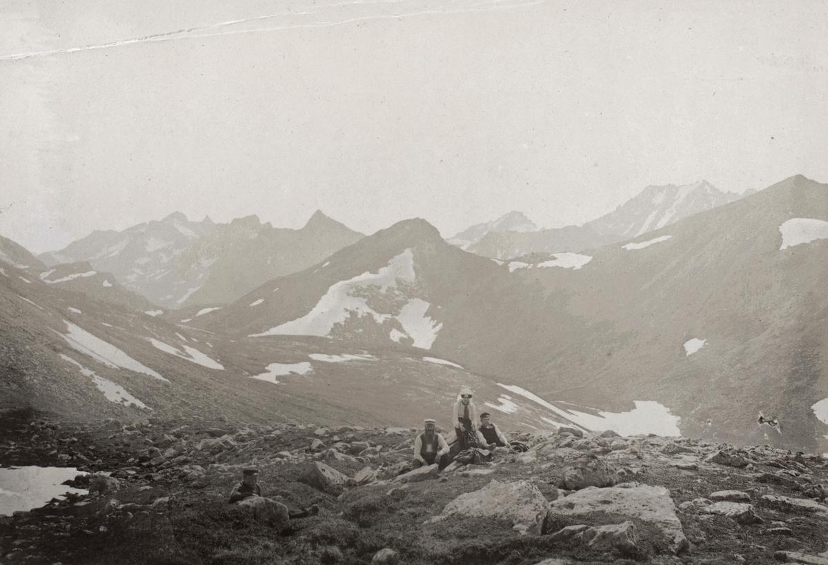 Motiv av mennesker på fjelltur.