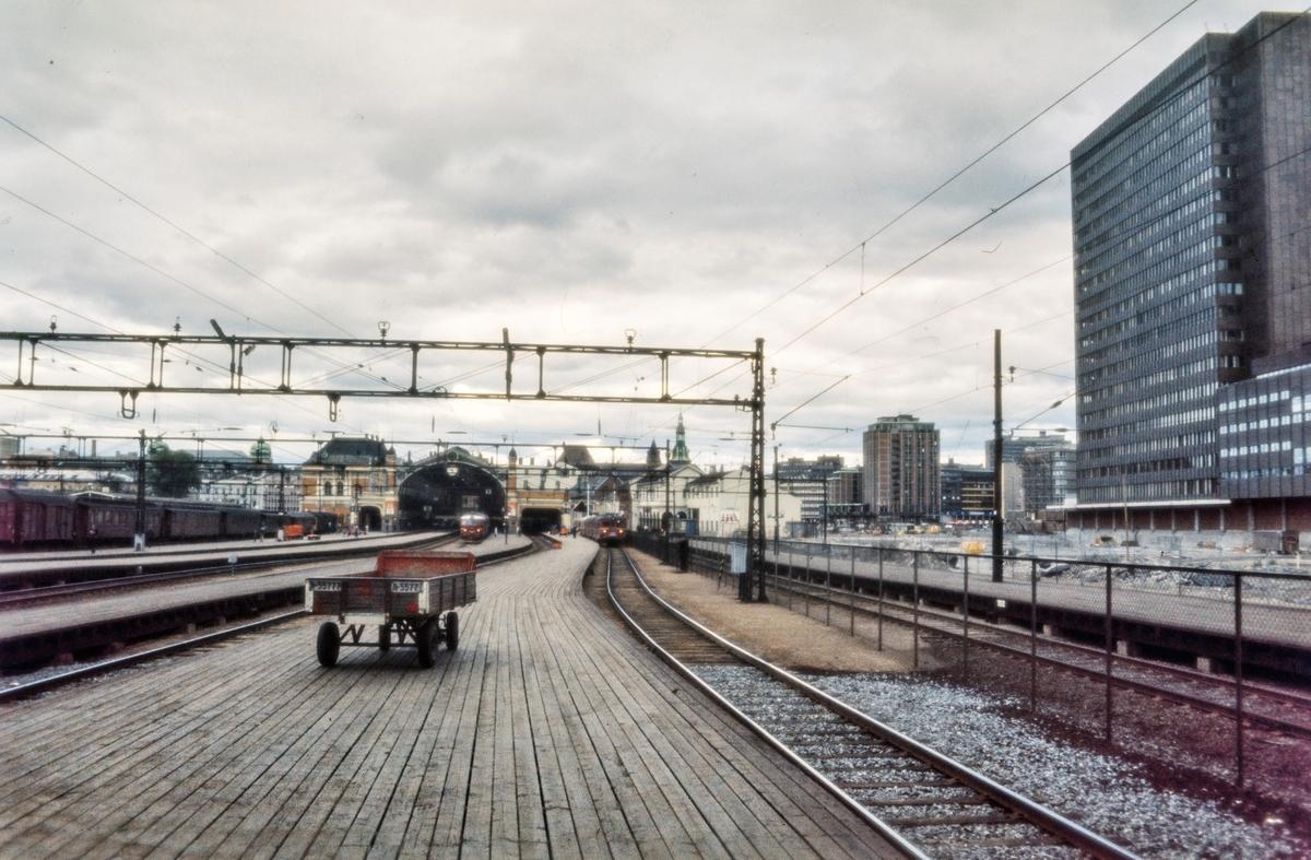 Oslo Østbanestasjon. Til høyre er sporene på Oslo S under bygging. Til venstre sykkeltog til Stryken, i midten El 11 med persontog, til høyre elektrisk motorvognsett type 65/67 med lokaltog til Hovedbanen