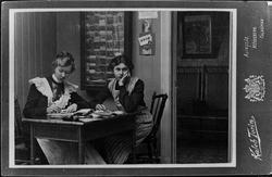 Hildur Thorssin arbetar med retuschering medan Maria Holmeli