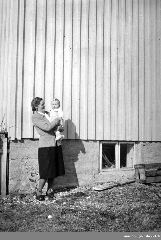 Sommeren 1934. Solveig på mors arm. Familiealbum tilhørende familien Klemetsen. Utlånt av Trygve Klemetsen. Periode: 1930-1960.