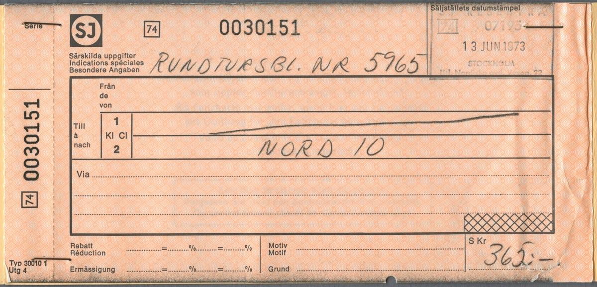 Biljetthäfte med fler biljetter för rundturer i Norden. Första sidan visar en karta över Sverige och Norge med streckning för resan. Med kulspetspenna är det ifyllt att resan börjar i STOCKHOLM samt att det är ikryssat att resan sker mot pilarnas riktning på kartan. På nästa sida finns reseinformation på svenska, tyska och engelska. På nästa sida är det handskrivet NORD 10 under 2:a klass. Priset är 365 kronor. På nästa sida är det ifyllt 1973-07-12 med kulspetspenna. Biljetten är klippt. Nästa sida är en kontrollkupong för buss, sträckan Halden - Svinesund. Baksidan på kontrollkupongen har en stämpel från SJ Resebyrå.