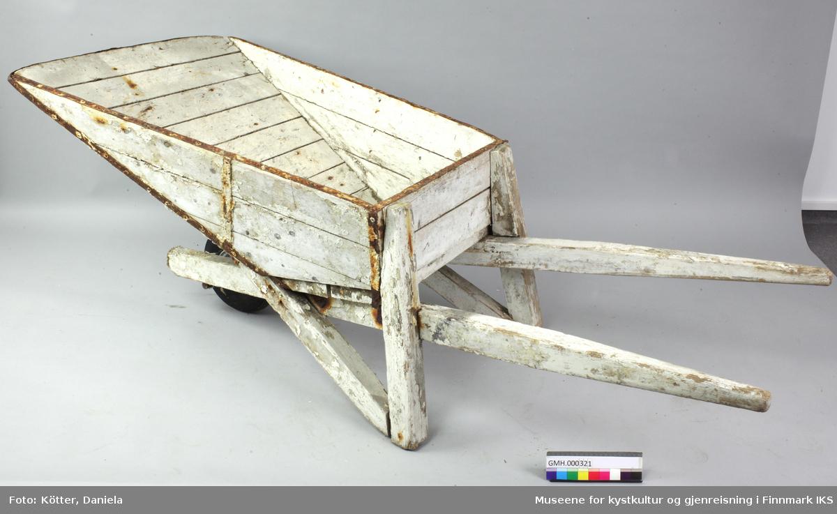 Trillebåra er av tre og malt hvit. Den er forsterket med jernbånd på de øvre kantene og rundt lasteplanet. Lasteplanet er v-formet. Det har løftestenger av tre som skrår fra hjulakslinga oppover til håndtakene. Akslingen og hjulet er av metall mens dekket er av gummi. Benene til trillebåra består av lektere som skrår mot lasteplanet og støtter den, og to lektere som går loddrett opp og er festet til lasteplanens bakvegg. Veggen på lasteplanet består av åtte treplanker som skrår opp og utover. Håndtakene er avrundet.