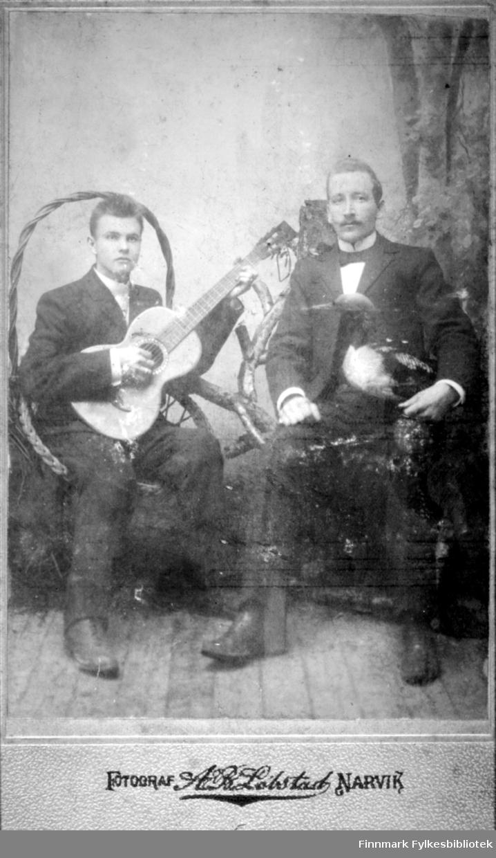 Visittkort. To menn, han andre har gitar i hendene. Fotograf A B Lobstast (?) Narvik.
